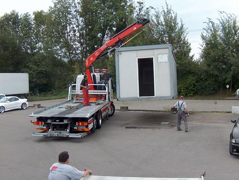 Abladen eines Containers von LKW-Ladebrücke