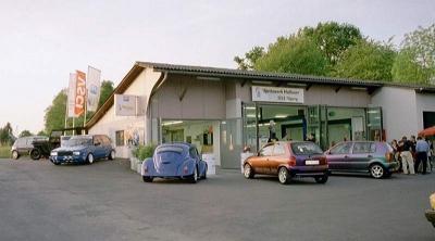 Kundenautos und Lieferanten als Besucher beim 5 Jahres Jubiläum