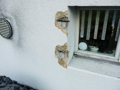 Einbruchspuren, weggerissene Fenstergitter und zersplittertes Fenster