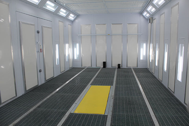 Spritzkabine mit Heizpaneelen, LED-Beleuchtung, Luftumwälzungstechnik und integrierter Hebebühne